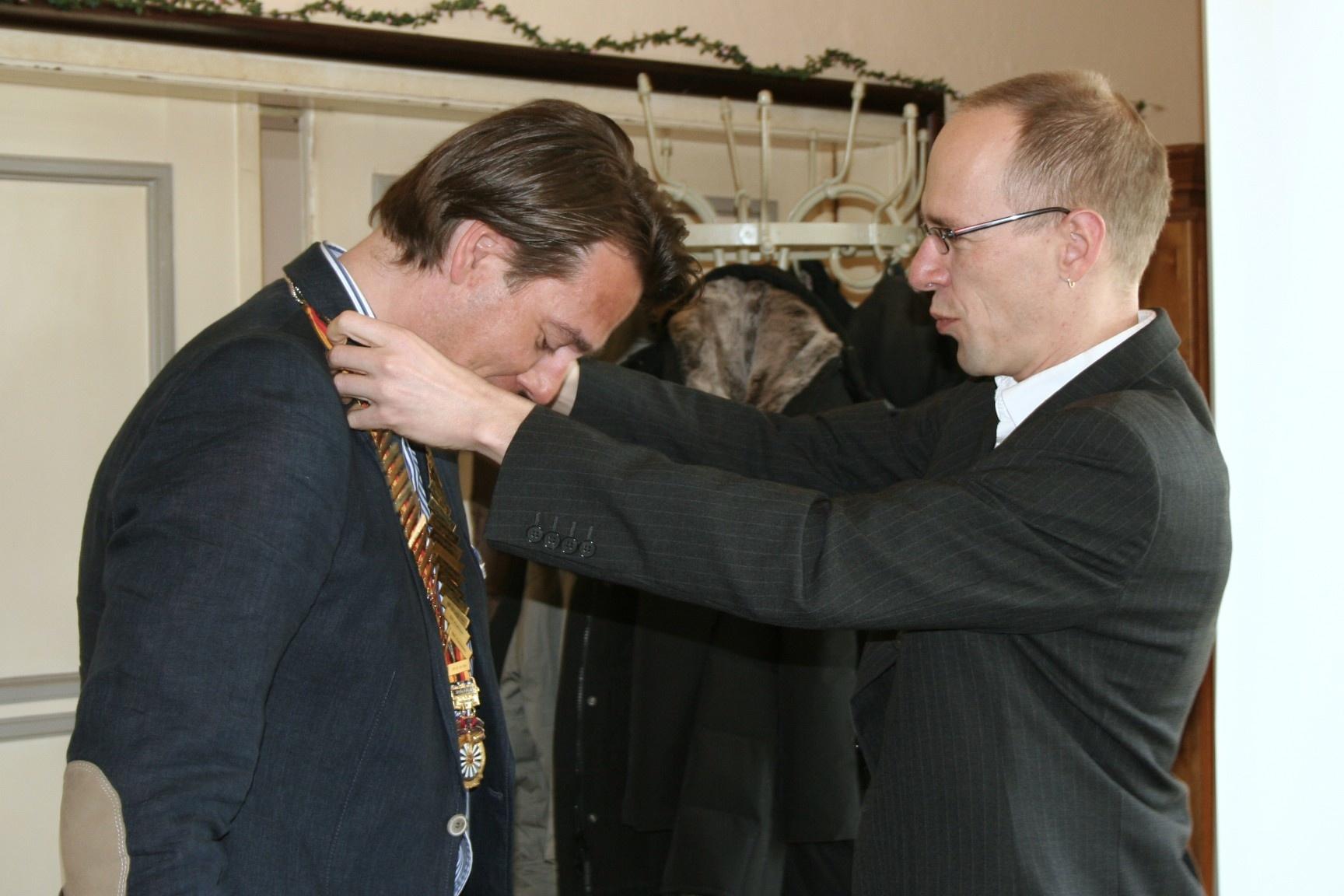 Auf dem Foto übergibt der alte Präsident (Stefan Hoffmann) dem neuen Präsident (Guido Schöttler-Leffers) die Amtskette.