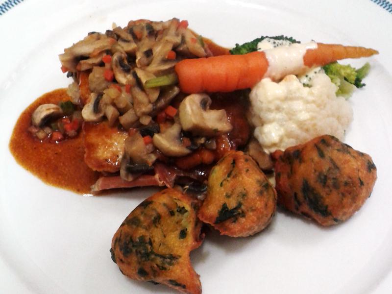 Saltimbocca, Zwiebel-Pilzconfit, Gemüse vom Markt Sc. Maltes, Mangoldkrapfen Foto: Hinze