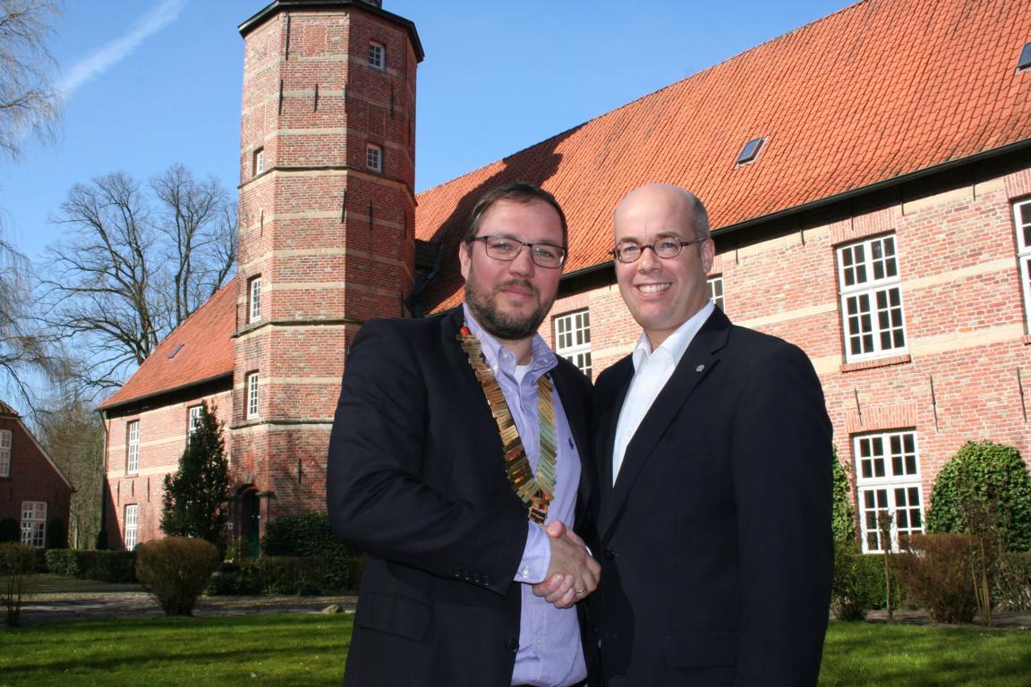 Past-Präsident Caspar-Sebastian Arkenau gratuliert Matthias Grimmert (links) zur Ernennung als Präsident des Round Table 20 Wilhelmshaven.