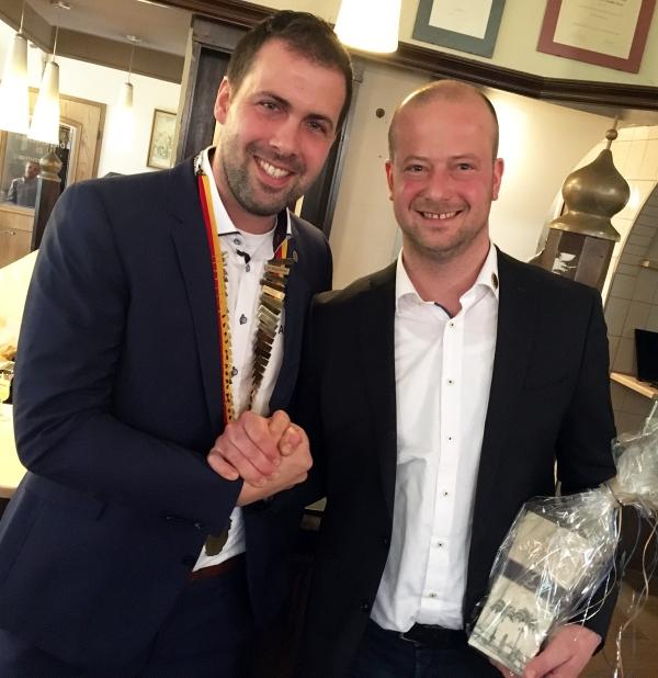 Pastpräsident Reent Weerda gratuliert Andreas Klatt zum neuen Amt.